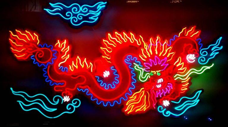 Aquí vemos un dibujo de un dragón realizado con tubos de neón la imaginación es el límite