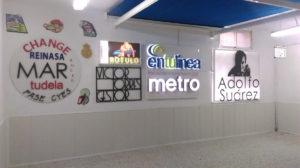 Exposición de rótulos y letreros luminosos en la tienda.