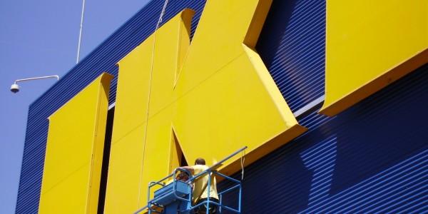 Sujeción y montaje las cubiertas de aluminio en las letras corpóreas,