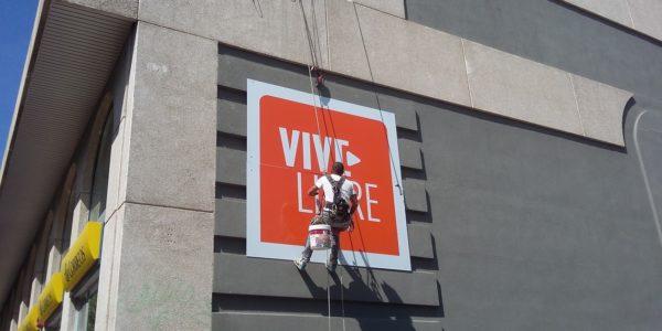 Un segundo letrero algo mayor se instala con el mismo método, especialistas en escalada lo fijan y aseguran