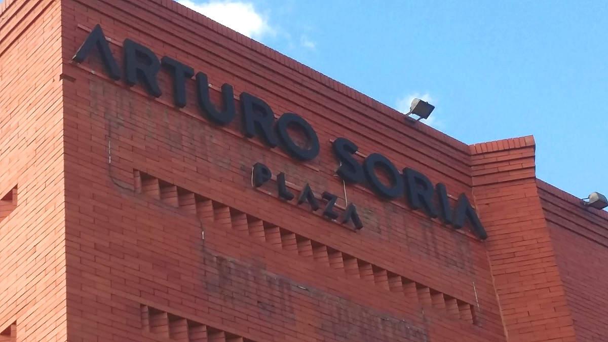Letras corpóreas sobre fachada de ladrillo visto en Madrid