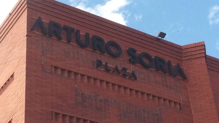 Letras corpóreas sobre fachada de ladrillo visto en centro comercial Arturo Soria plaza Madrid