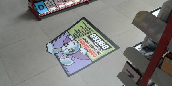 Cartel indicador en el suelo con vinilo con tratamiento antideslizante