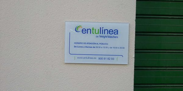 También letrero opaco en metacrilato, con información de horario junto a la entrada