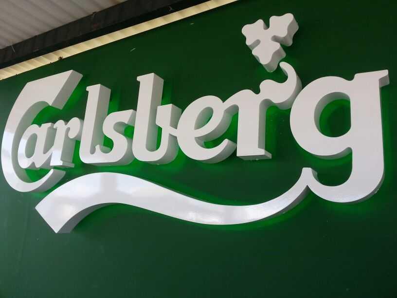 Logo de Carlsberg letras corpóreas en PVC con iluminación