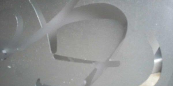 Detalle de los cortes entrelazados de la imagen de marca del cliente