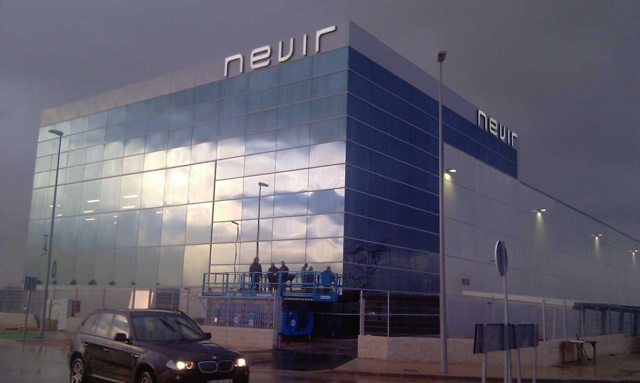 Letas corpóreas luminosas de gran formato sobre el edificio principal de NEVIR