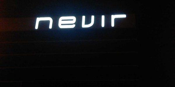 Letas corpóreas luminosas de gran formato sobre el edificio principal de NEVIR, encendidas dotando al edificio de una gran visibilidad