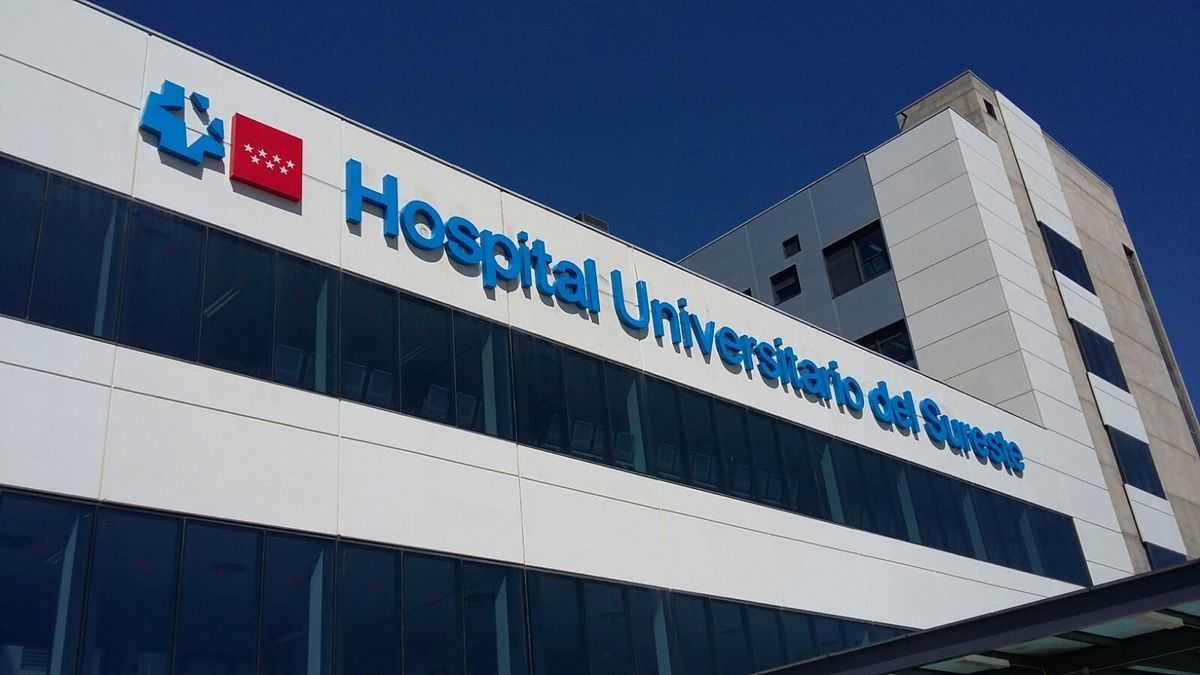 Vista de día del rótulo luminoso principal del Hospital de Arganda del Rey en Madrid